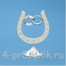 Подкова серебряная с обручальными кольцами, на подставке, со стразами HG01601