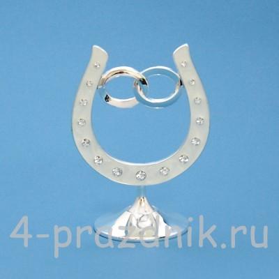 Подкова серебряная с обручальными кольцами, на подставке, со стразами HG01601 оптом