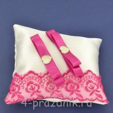 Подушка под кольца,атласная с  кружевом фуксия podushka058