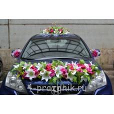Свадебный набор на авто из малиновых и белых цветов ukav400