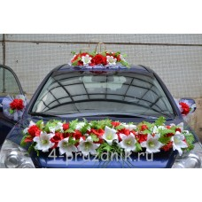 Свадебный набор на авто из красных и белых цветов ukav403